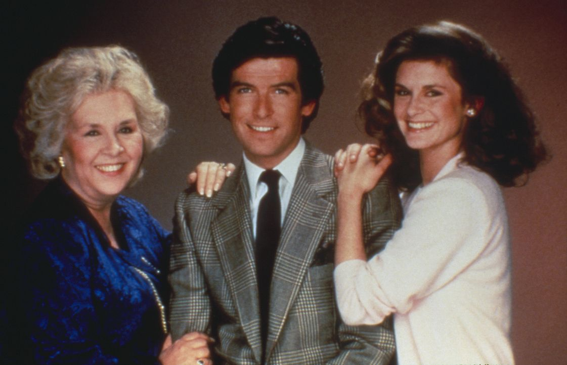 (3.Staffel) -  Das eingespielte Team von Remington Steele um Laura (Stephanie Zimbalist, r.), Remington Steele (Pierce Brosnan, M.) und Mildred (Dor... - Bildquelle: Motion Picture   1985 MTM PRODUCTIONS.    2001 Twentieth Century Fox Film Corporation. All rights reserved.