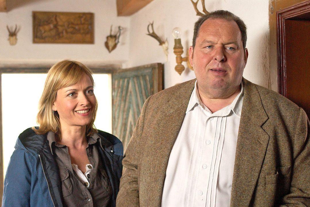 Ihre Nachforschungen führen Benno (Ottfried Fischer, r.) und Nadine (Katharina Abt, l.) in das Haus der Familie Lösl. - Bildquelle: Walter Wehner Sat.1