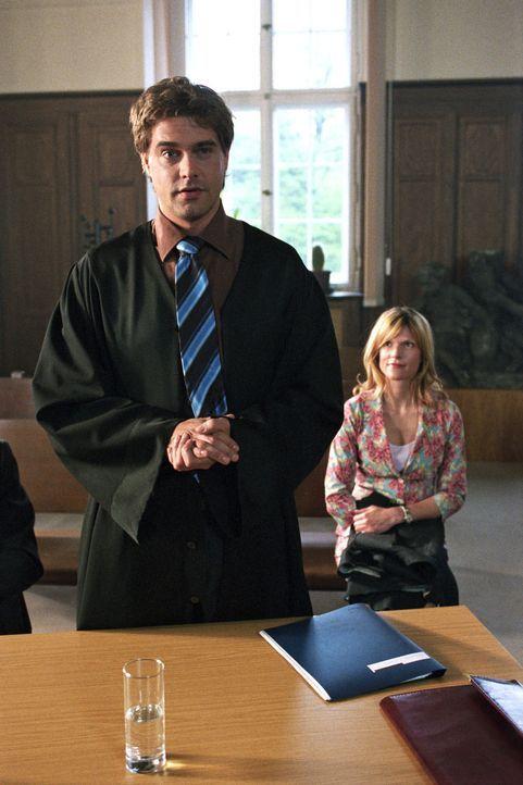 Kai Brechtel (Raphaël Vogt, l.) ist erfolgreicher Anwalt einer renommierten Kanzlei, seine Sekretärin Kiki (Franca Berlin, r.) ist ihm dabei eine gr... - Bildquelle: Aki Pfeiffer Sat.1