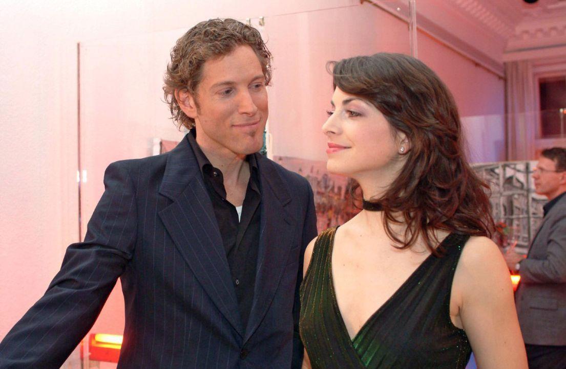 Mariella (Bianca Hein, r.) flirtet auf der Party, als David nicht kommt, mit dem charmanten Architekten Lars van der Lohe (Clayton M. Nemrow, l.) - Bildquelle: Monika Schürle Sat.1