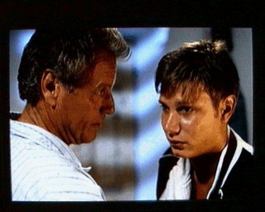 Der Bergdoktor (Gerhart Lippert, l.) ist sehr besorgt um seinen Patensohn Edi (Fabian Harloff, r.), der ein Drogenproblem zu haben scheint ... - Bildquelle: SAT.1