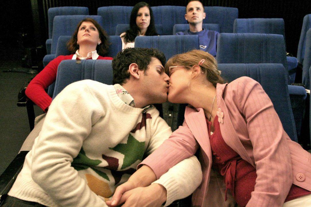 Unter dem Sternenhimmel im Planetarium besiegelt Lisa (Alexandra Neldel, r.) ihren Bruch mit David und küsst Rokko (Manuel Cortez, l.). (Dieses Foto... - Bildquelle: Noreen Flynn Sat.1