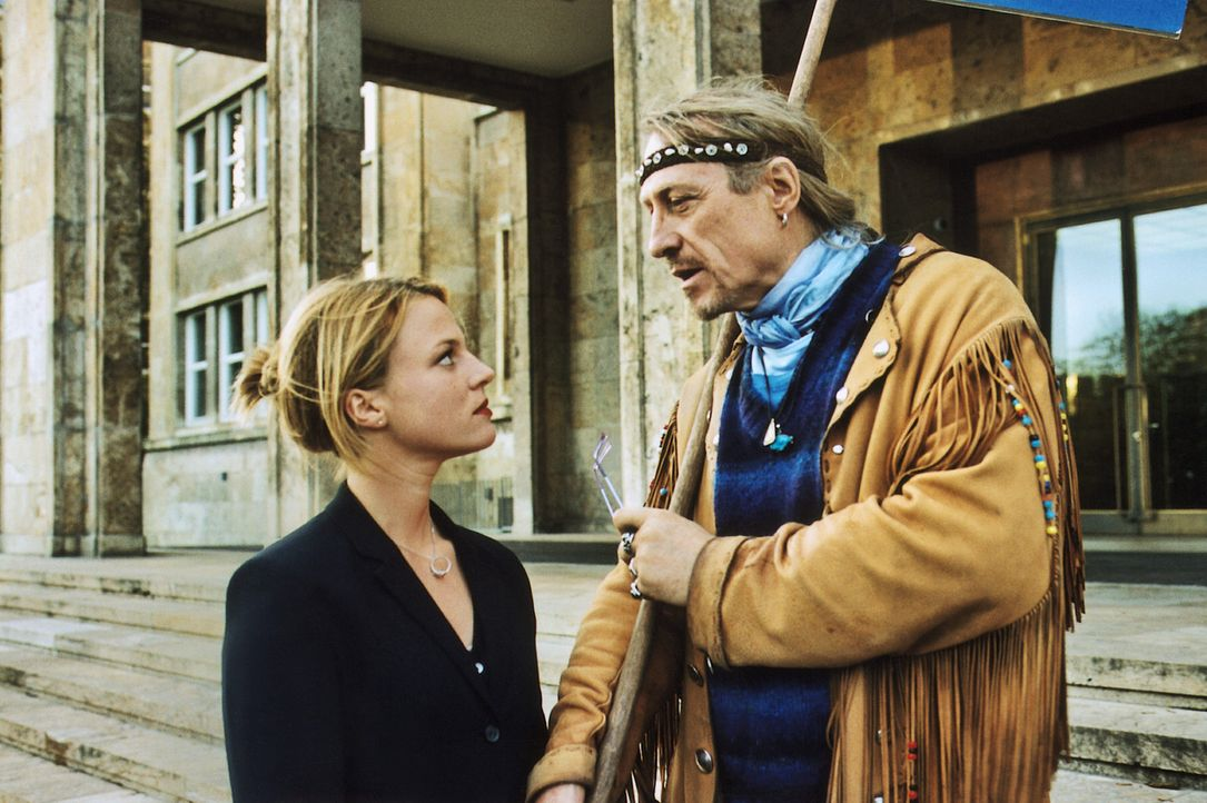Als eines Tages überraschend ihr Vater (Rainer Schöne, r.) in Frankfurt auftaucht, bricht Nikas (Maria Simon, l.) ganzes Lügengebräu in sich zusamme... - Bildquelle: Krause-Burberg ProSieben