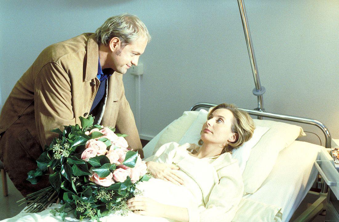 Die Hamburgerin Sabine Jansen (Stella Vordemann, r.) kann nach einer Fehlgeburt keine Kinder mehr bekommen. Von Ehemann Hendrik (Uwe Ochsenknecht, l... - Bildquelle: ProSieben