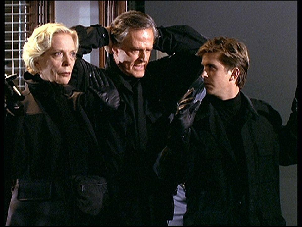 Jesse (Charlie Schlatter, r.) und sein Vater Dane (Robert Culp, M.), ein ehemaliger Spion, sind bei dessen alter Freundin Cinnamon (Barbara Bain, l.... - Bildquelle: Viacom