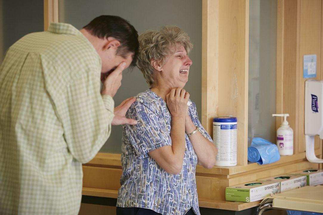 Kathleens Ehemann Kenneth Daneker (Daryl Hornby, l.) und ihre Mutter Shirley Skinner (Christina Doyle, r.) sind nach der Nachricht über ihren Tod vö... - Bildquelle: Ian Watson Cineflix 2014