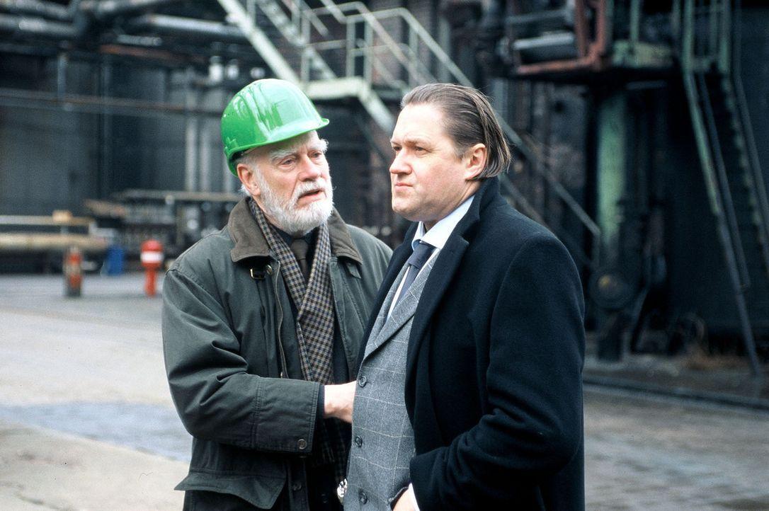 König senior (Hans Schulze, l.) will von seinem Sohn Albert (Michael Brandner, r.), dem Besitzer des petrochemischen Werkes, wissen, warum auf das W... - Bildquelle: Menke Sat.1