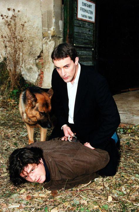 Kommissar Brandtner (Gedeon Burkhard, r.) und Rex verfolgen den mutmaßlichen Täter (Fritz Karl, l.). - Bildquelle: Ali Schafler Sat.1
