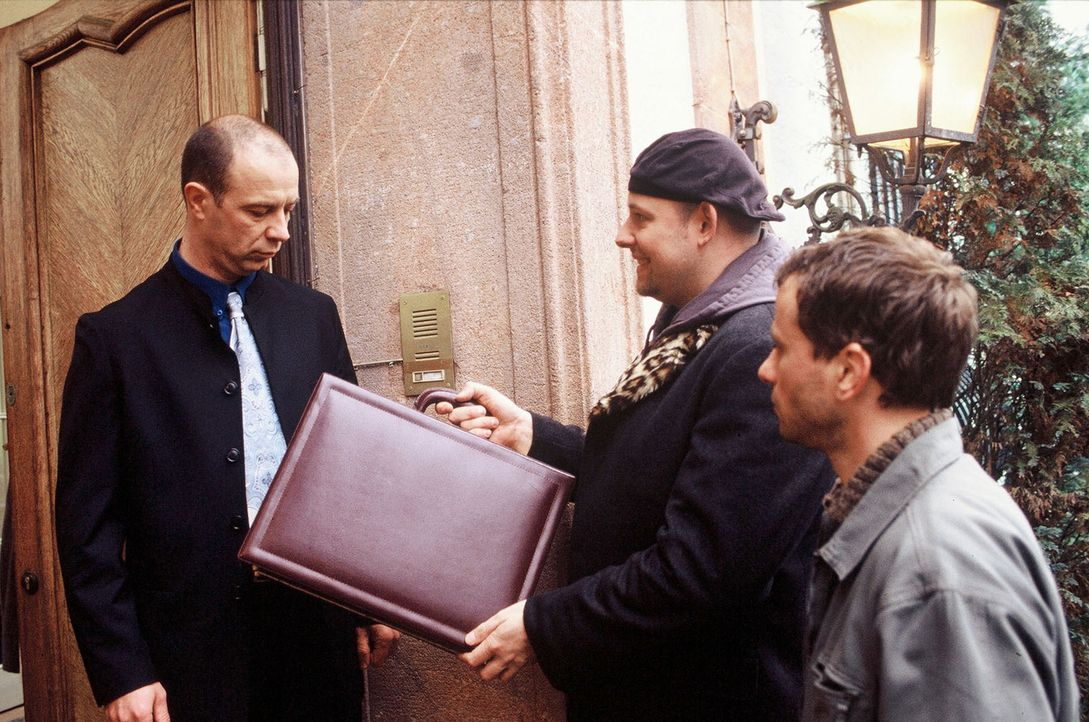 Der Vater des entführten Kindes, Steuerberater Dr. Leo Syring (Nik Neureiter, l.), scheint sich nicht darüber zu freuen, dass ihm Manni (Axel Häfner... - Bildquelle: Martin Menke Sat.1