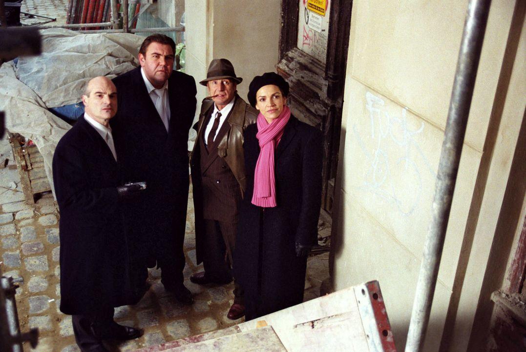 Gemeinsam mit Staatsanwalt Geiger (Hans-Georg Panczak, l.) und Richter Moosleitner (Peter Rappenglück, 2.v.l.) besichtigen Sandra (Rebecca Immanuel,... - Bildquelle: Hardy Spitz Sat.1
