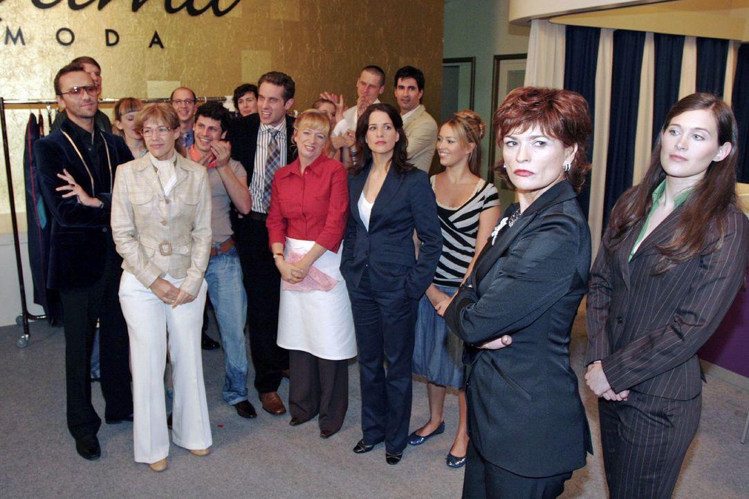Vor allen Angestellten brüskiert Sophie Lisa schließlich mit der Aufforderung, ihr Amt niederzulegen - doch die reagieren anders als erwartet ... (v... - Bildquelle: Noreen Flynn Sat.1