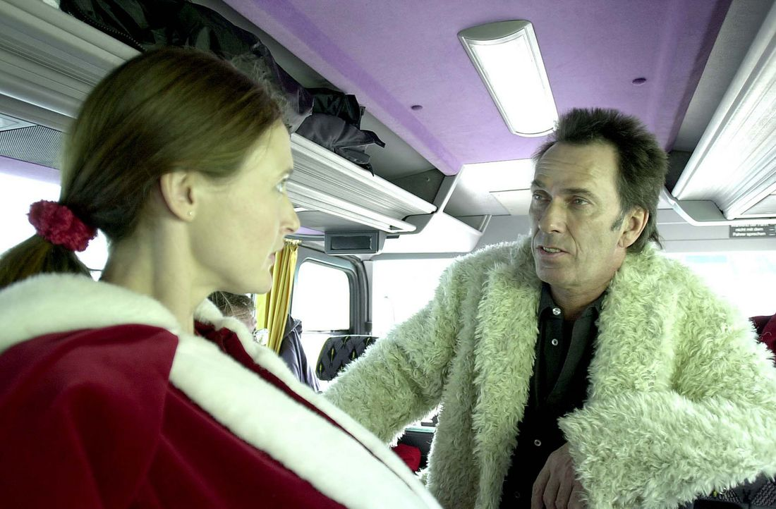 Über die Agentur von Booker (Hugo Egon Balder, r.) erhält Claudia (Deborah Kaufmann, l.) den Job als Weihnachtsmann. Ausgerechnet im Kaufhaus WILLMA... - Bildquelle: Thomas Schumann/s.e.t. ProSieben