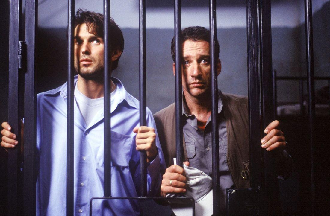 Leo (Simon Verhoeven, l.) und Harry (Heio von Stetten, r.) passiert ein Missgeschick nach dem anderen. Schließlich landen sie sogar im Gefängnis. - Bildquelle: Christine Nachmann Sat.1