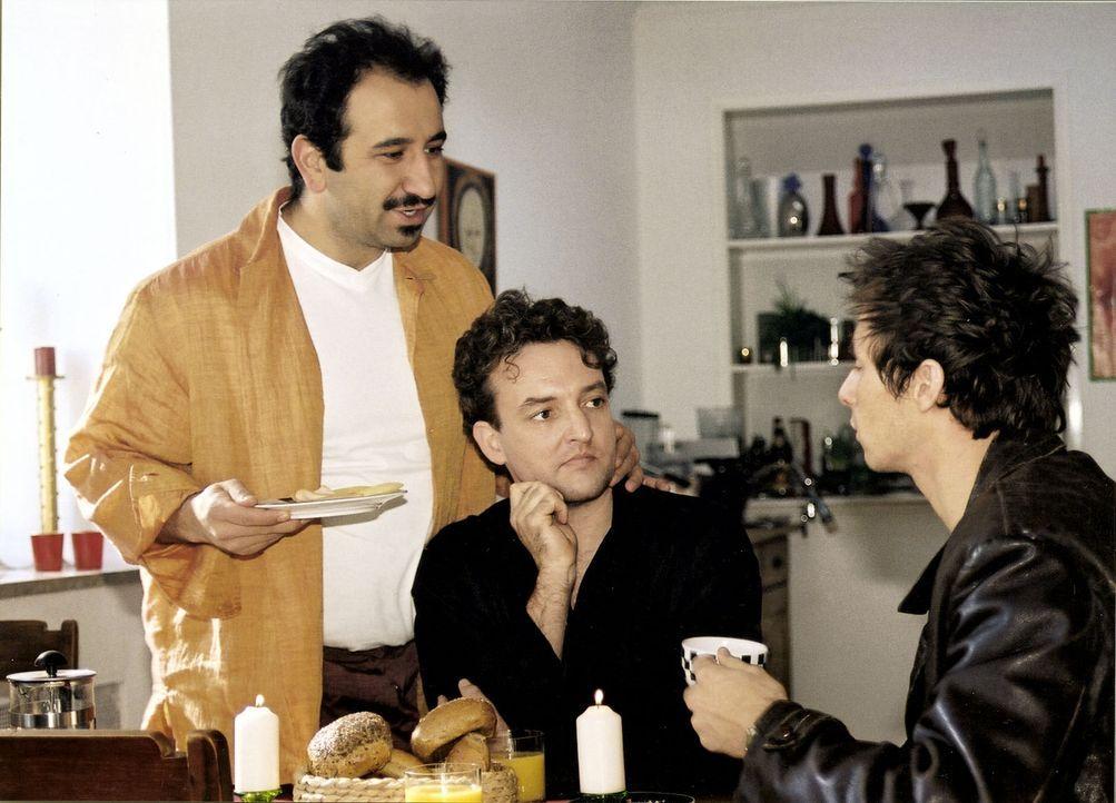 Carlo (Marc Hosemann, r.) ist gerade von seiner Freundin vor die Tür gesetzt worden. Bei Erik (Marco Rima, M.) und Selim (Hilmi Sözer, l.) sucht er... - Bildquelle: Scott Kuckler Sat.1