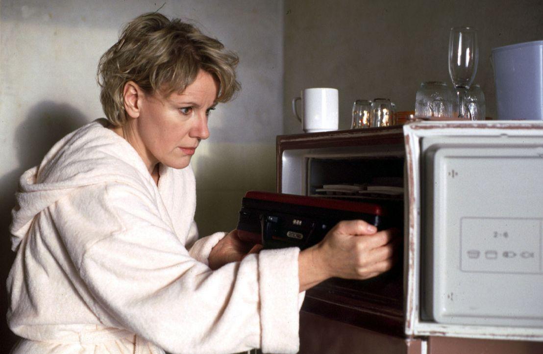 Helen (Mariele Millowitsch) findet im Gefrierschrank ihres verstorbenen Mannes einen Koffer mit Geld - viel Geld! - Bildquelle: Thorsten Jander Sat.1