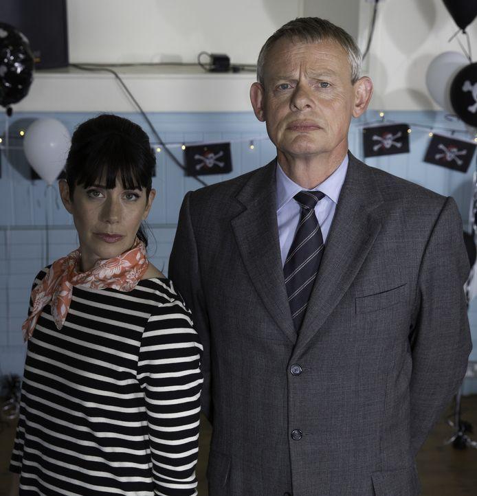 (7. Staffel) - Ihre Ehe steckt in einer großen Krise. Deshalb beschließen Doc Martin (Martin Clunes, r.) und Louisa (Caroline Catz, l.), eine Ehethe... - Bildquelle: Neil Genower IN LETZTER MINUTE