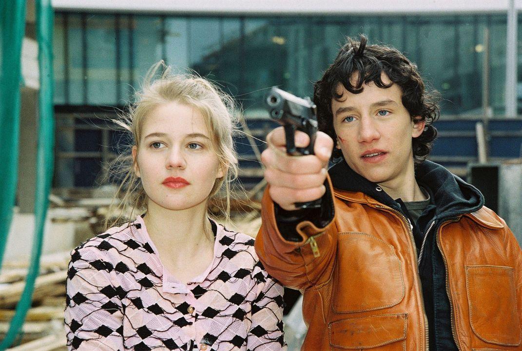 Katja Behrend (Antonia Girardi, l.) und ihr Freund Mathias (Laurence Rupp, r.) machen Modefotos und erschießen dabei irrtümlich einen Obdachlosen. - Bildquelle: Ali Schafler Sat.1