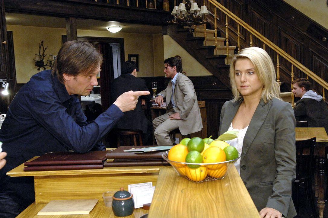 Armin (Rainer Will, l.) ist Annas (Jeanette Biedermann, r.) wachsendes Selbstvertrauen ein Dorn im Auge. Als sie ihn im Text über das Restaurant nic... - Bildquelle: Claudius Pflug Sat.1