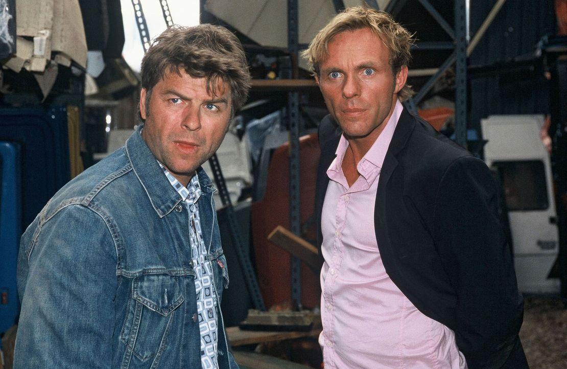 Jupp (Uwe Fellensiek, l.) wird von Paul mit einer Eisenstange bedroht. Er und Falk (Dirk Martens, r.) sind sichtlich geschockt ... - Bildquelle: Munstermann Sat.1