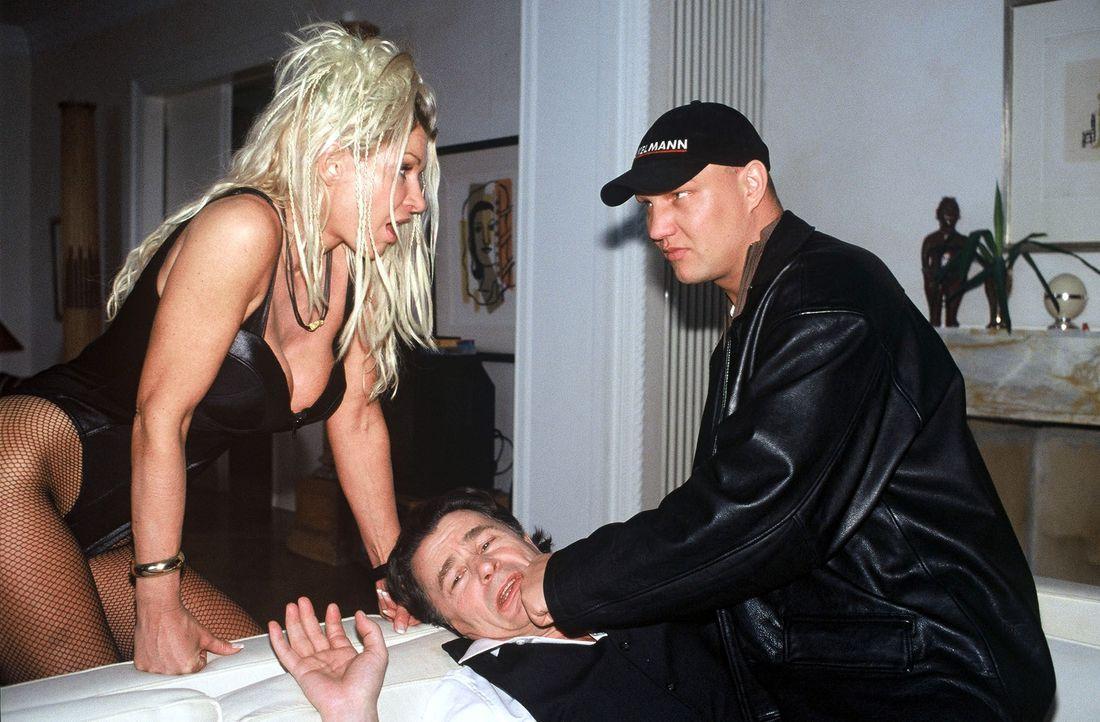 Ingas Ehemann (Axel Schulz, r.) verprügelt Günther Lesche (Max Volkert Martens, M.), nachdem er ihn zusammen mit Inga (Claudia Roberts, l.) erwischt... - Bildquelle: Krumwiede SAT.1 / Krumwiede