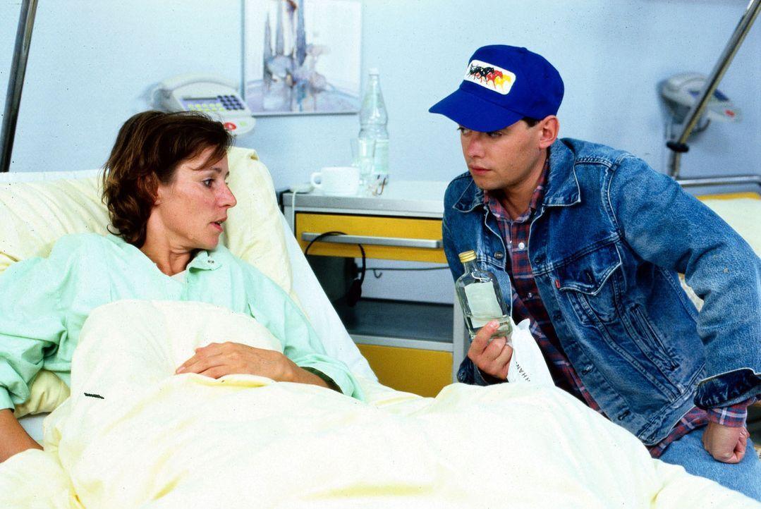 Agnes (Kirsten Block, l.) liegt wegen eines Beckenbruchs im Krankenhaus. Täglich wird sie von ihrer Mutter besucht, die sie mit Orangensaft versorg... - Bildquelle: Noreen Flynn Sat.1