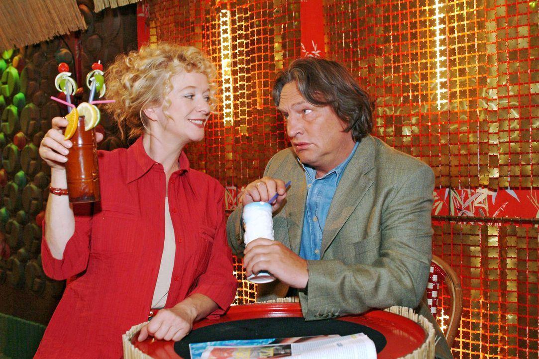 Helga (Ulrike Mai, l.) ist glücklich, dass sie Bernd (Volker Herold, r.) überreden konnte, mit ihr in der Bar einen gemütlichen Abend zu verbringen.... - Bildquelle: Monika Schürle Sat.1