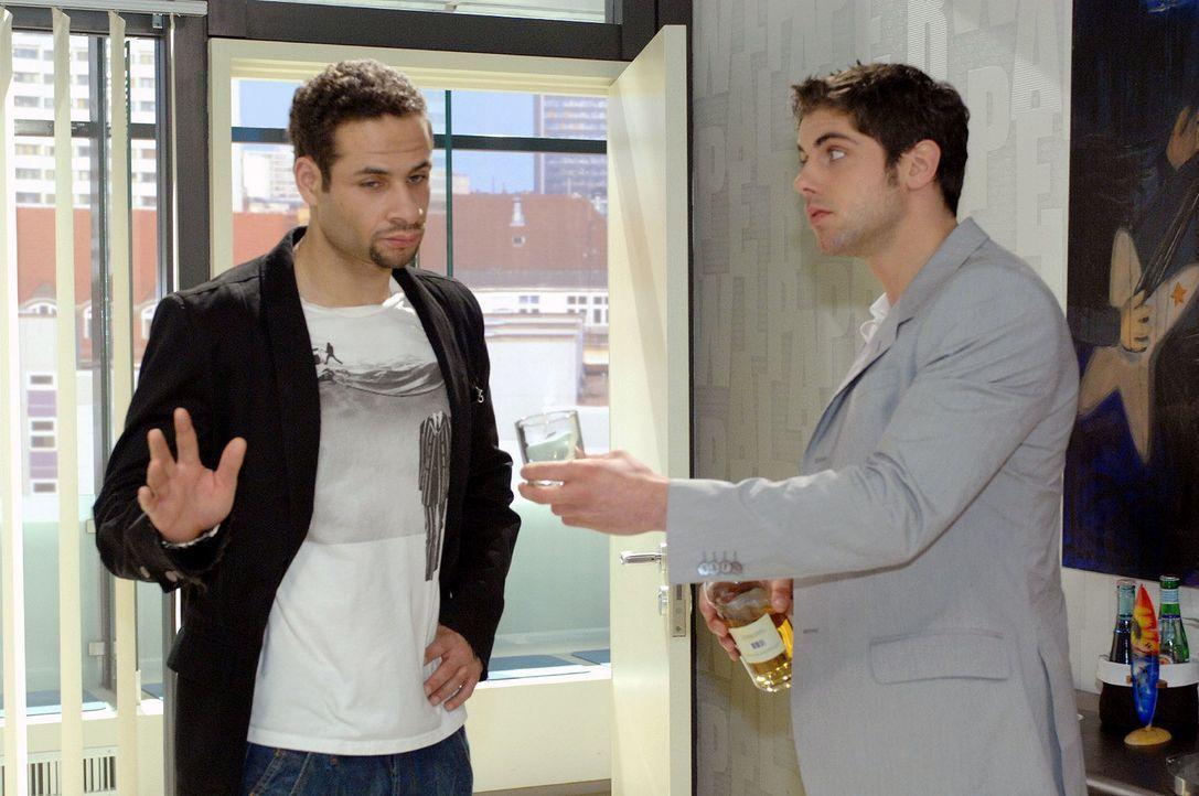 Jonas (Roy Peter Link, r.) bietet Jannick (Mike Adler, l.) an, mit ihm ein Glas zu trinken, doch Jannick lehnt ab. - Bildquelle: Oliver Ziebe Sat.1