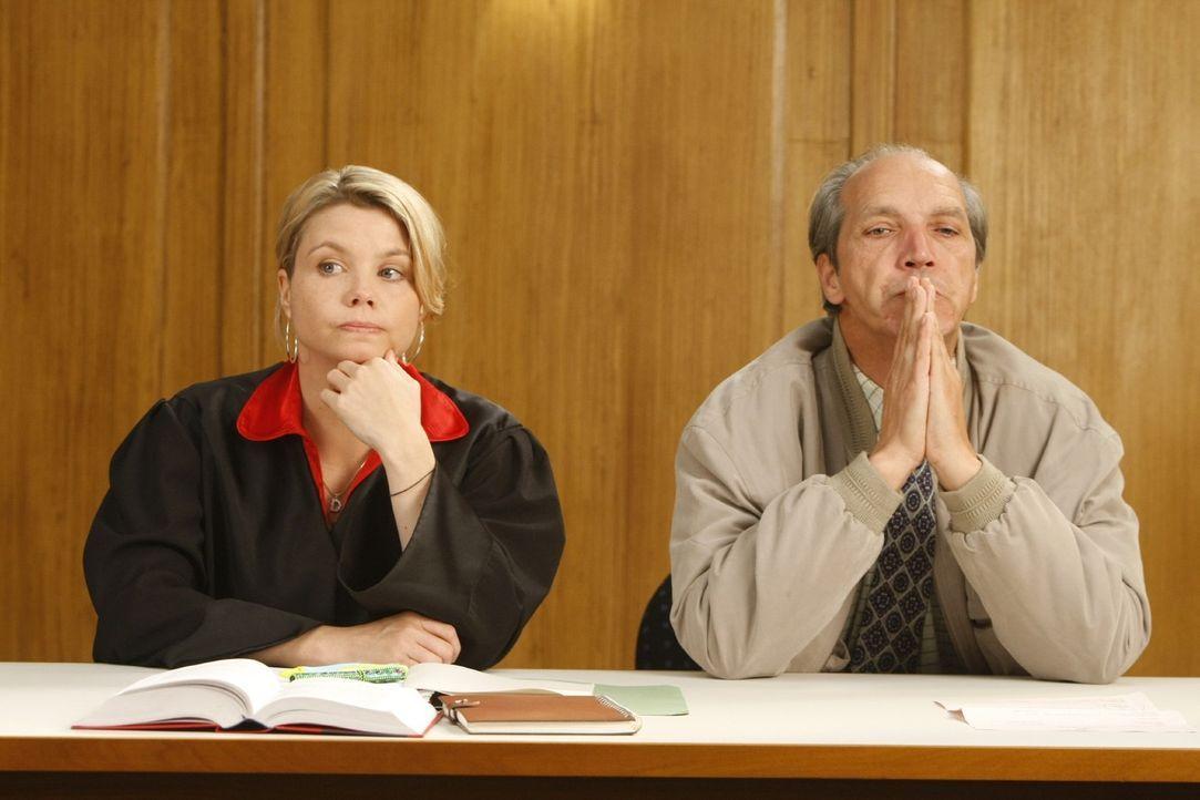 Nach und nach erkennt Dannie (Annette Frier, l.), dass sie einen Fehler gemacht hat und fordert den zuständigen Richter auf, den Beschluss umgehend... - Bildquelle: Frank Dicks SAT.1