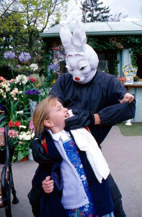 Auf dem Schulweg wird die kleine Isabella (Cornelia Lauter) von einem Unbekannten in Hasenmaske belästigt. - Bildquelle: Ali Schafler Sat.1