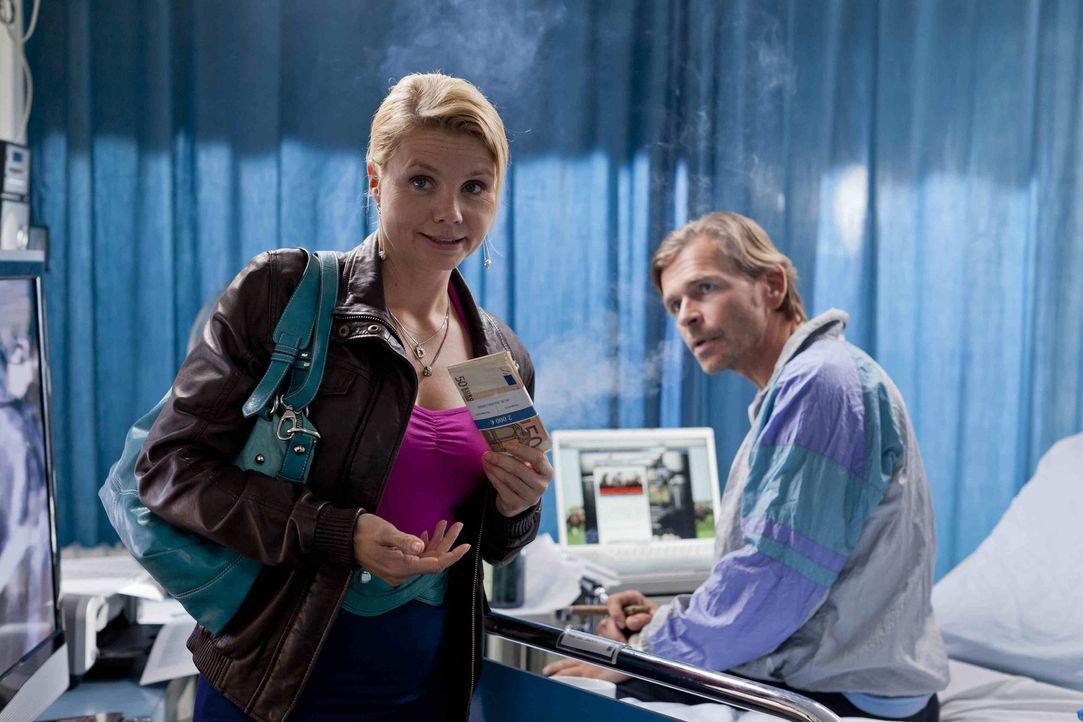 Jens Plesse (Tonio Arango, r.) bittet Danni (Annette Frier, l.) um Hilfe, denn er betreibt aus dem Krankenbett heraus ein blühendes Geschäft mit Spo... - Bildquelle: Frank Dicks SAT.1