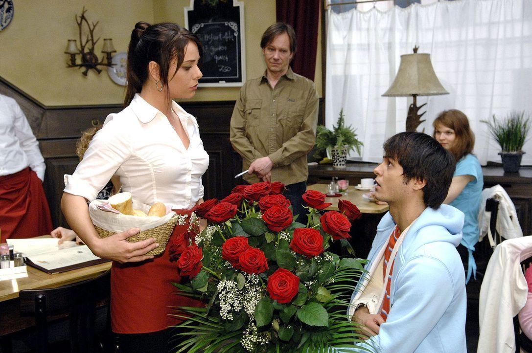 Maiks (Sebastian König, r.) gibt sich alle Mühe, um sich bei Paloma (Maja Maneiro, l.) zu entschuldigen - zunächst vergeblich ... - Bildquelle: Claudius Pflug Sat.1