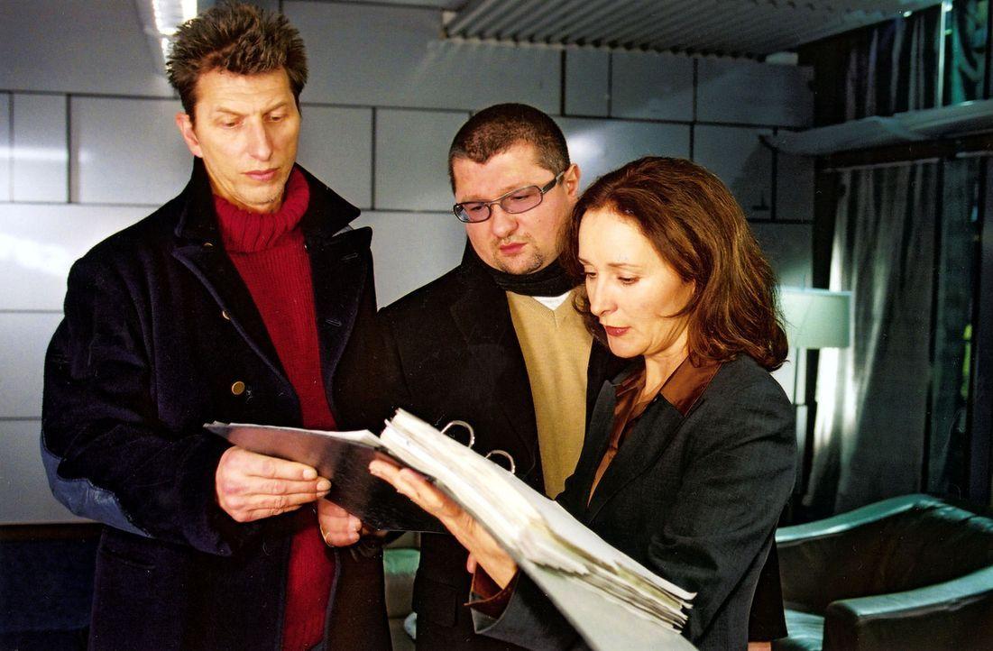 Ringo Rolle (Rufus Beck, l.), Orkan Örsey (Aykut Kayacik, M.) und Dr. Elisabeth von Stein (Eleonore Weisgerber, r.) ermitteln in einem Mordfall. Ein... - Bildquelle: Oliver Pflug Sat.1
