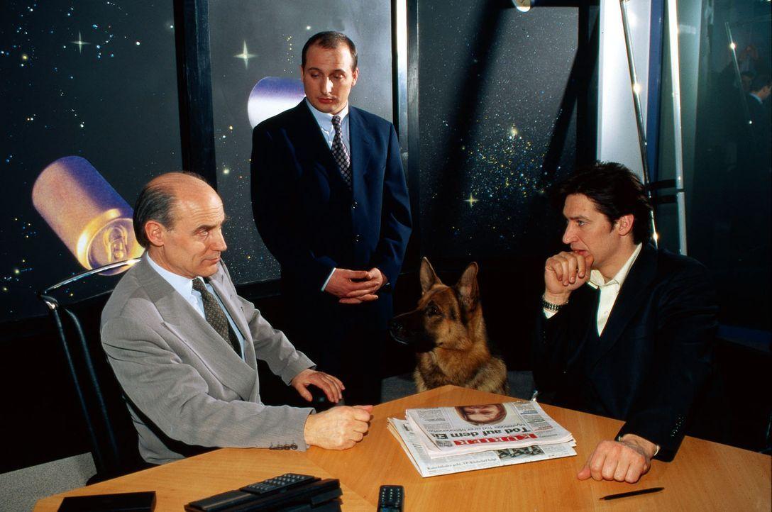 Prokurist Seidl (Christoph Fälbl, M.) muss von seinem Chef Fritz Weiss (Rainer Friedrichsen, l.) erfahren, dass die Firma erpresst wird. Trotzdem ve... - Bildquelle: Ali Schafler Sat.1