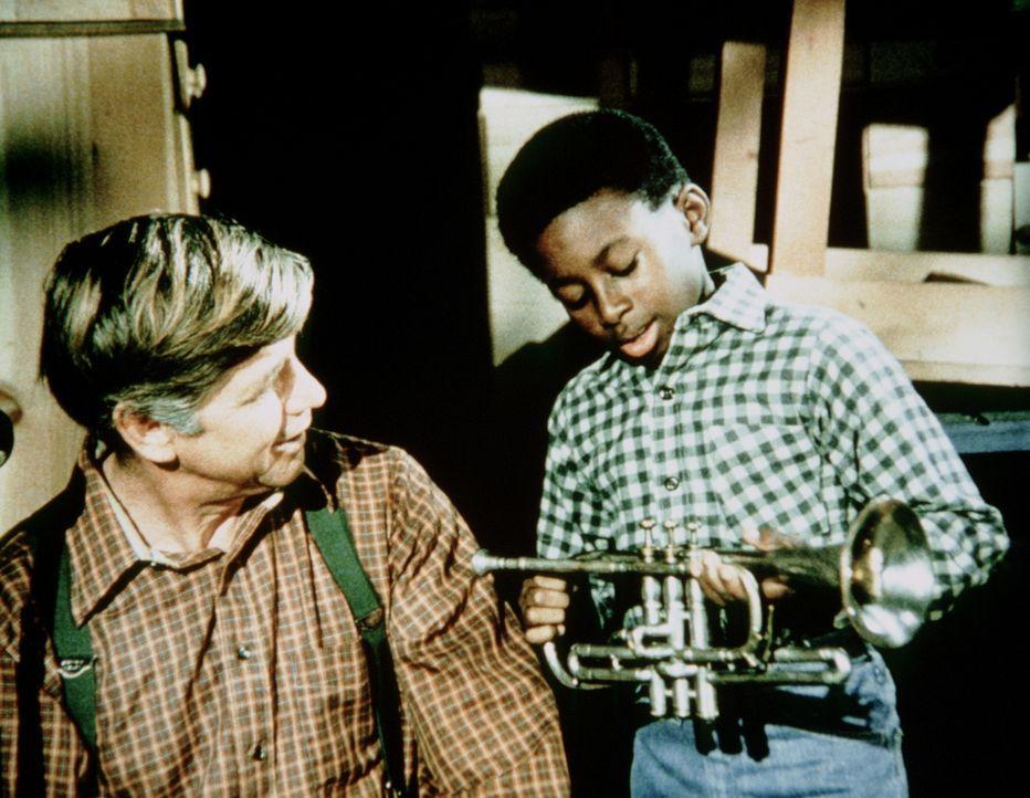 Josh (James Bond III, r.) erzählt John Walton (Ralph Waite, l.) wo er gelernt hat, so geschickt Trompete zu spielen. - Bildquelle: WARNER BROS. INTERNATIONAL TELEVISION