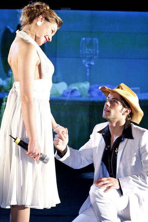 Katja (Karolina Lodyga, l.) hingegen behauptet, dass Jonas (Roy Peter Link, r.) ihr einen Antrag gemacht hat ... - Bildquelle: Noreen Flynn Sat.1