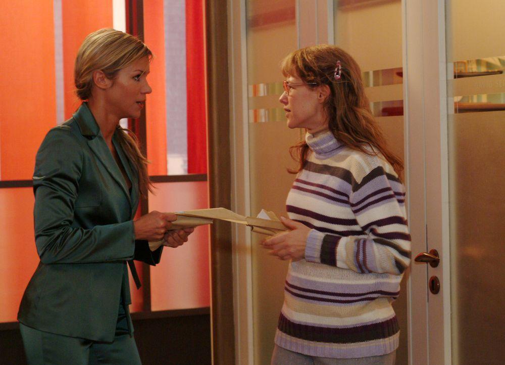 Lisa (Alexandra Neldel, r.) fordert von Sabrina (Nina-Friederike Gnädig, l.) die Post für David zurück und versucht ihr klar zu machen, dass sie auc... - Bildquelle: Monika Schürle Sat.1