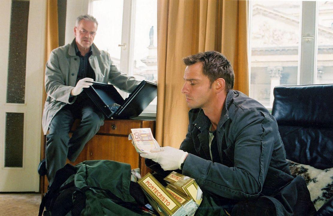 Wolff (Jürgen Heinrich, l.) und Tom (Steven Merting, r.) finden in der Wohnung von Jörg Bauer eine große Geldsumme. Damit wird Bauer für sie der Hau... - Bildquelle: Claudius Pflug Sat.1