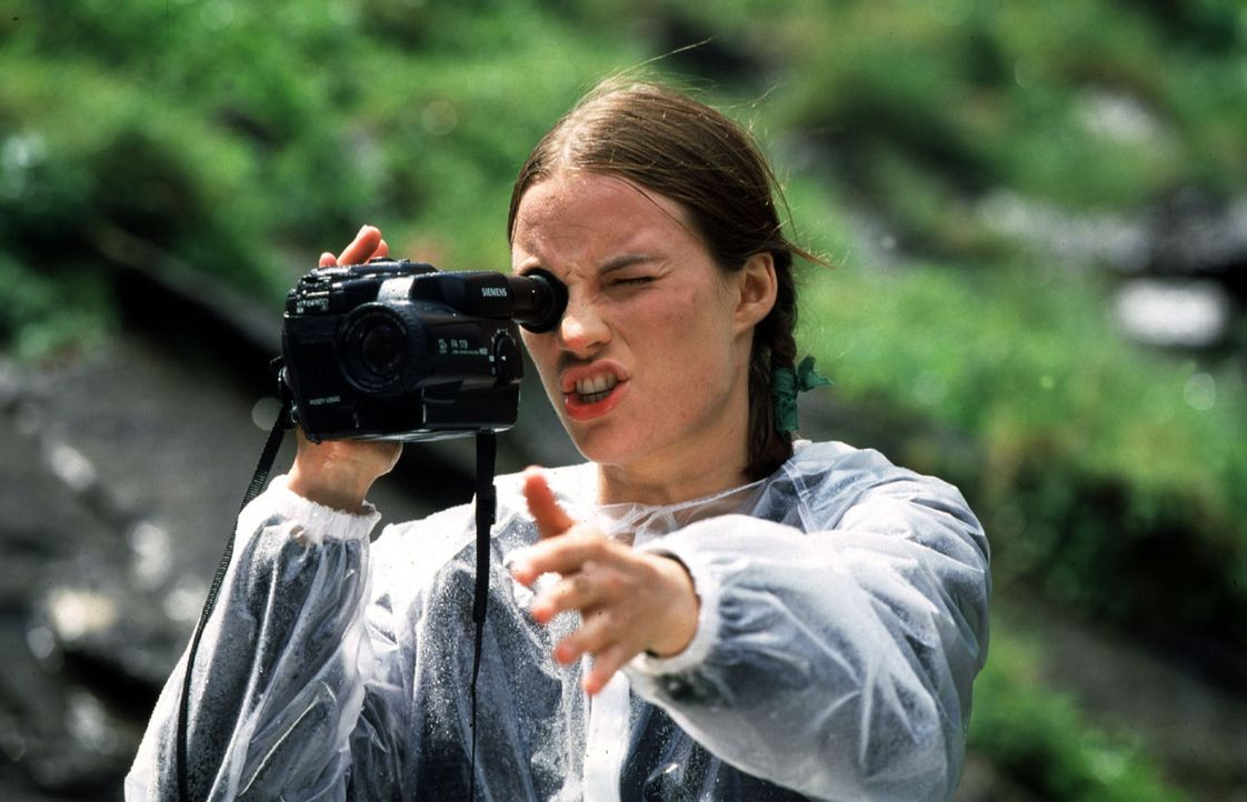 Amelie Schmidinger (Laura Knise) filmt ihren Vater an den Krimmler Fällen. Plötzlich gerät er ins Straucheln und stürzt in den Abgrund. Unter Schock... - Bildquelle: Huber Sat.1