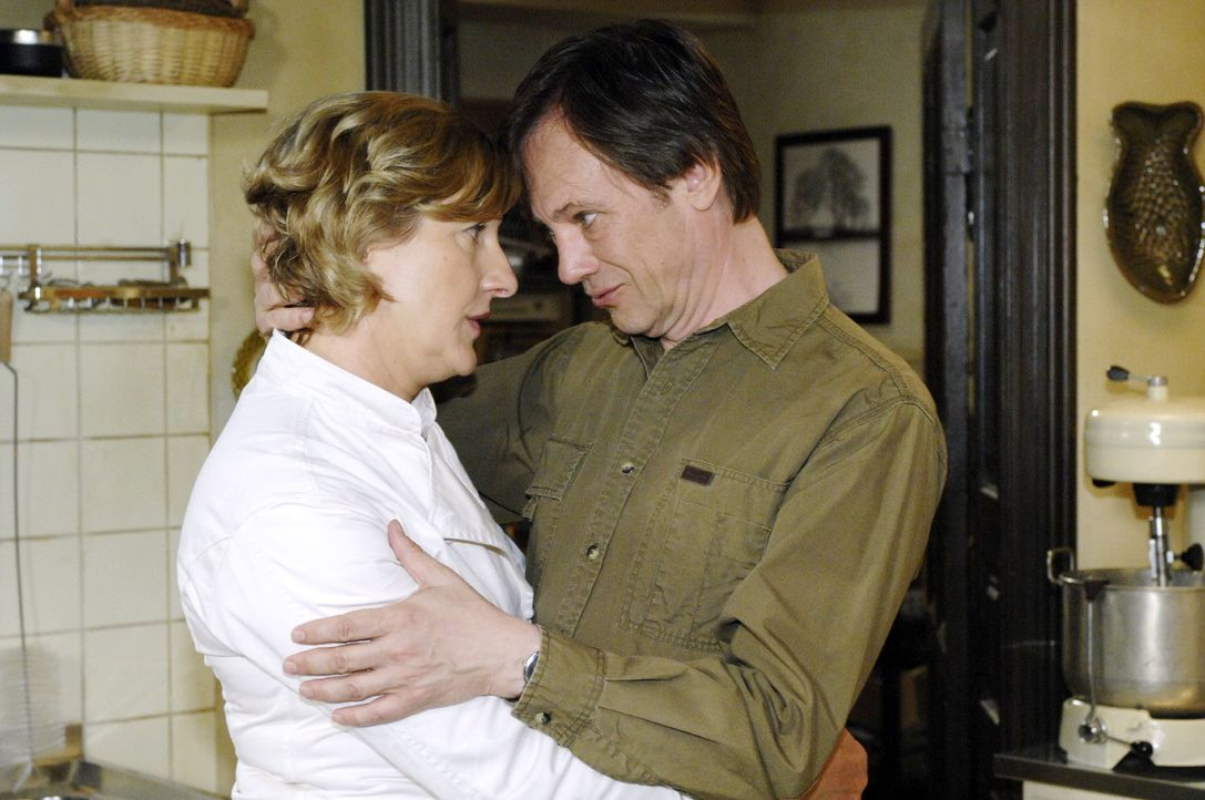 Armin (Rainer Will, r.) tröstet Susanne (Heike Jonca, l.), weil ihre Gerichte den Gästen nicht schmecken ... - Bildquelle: Oliver Ziebe Sat.1
