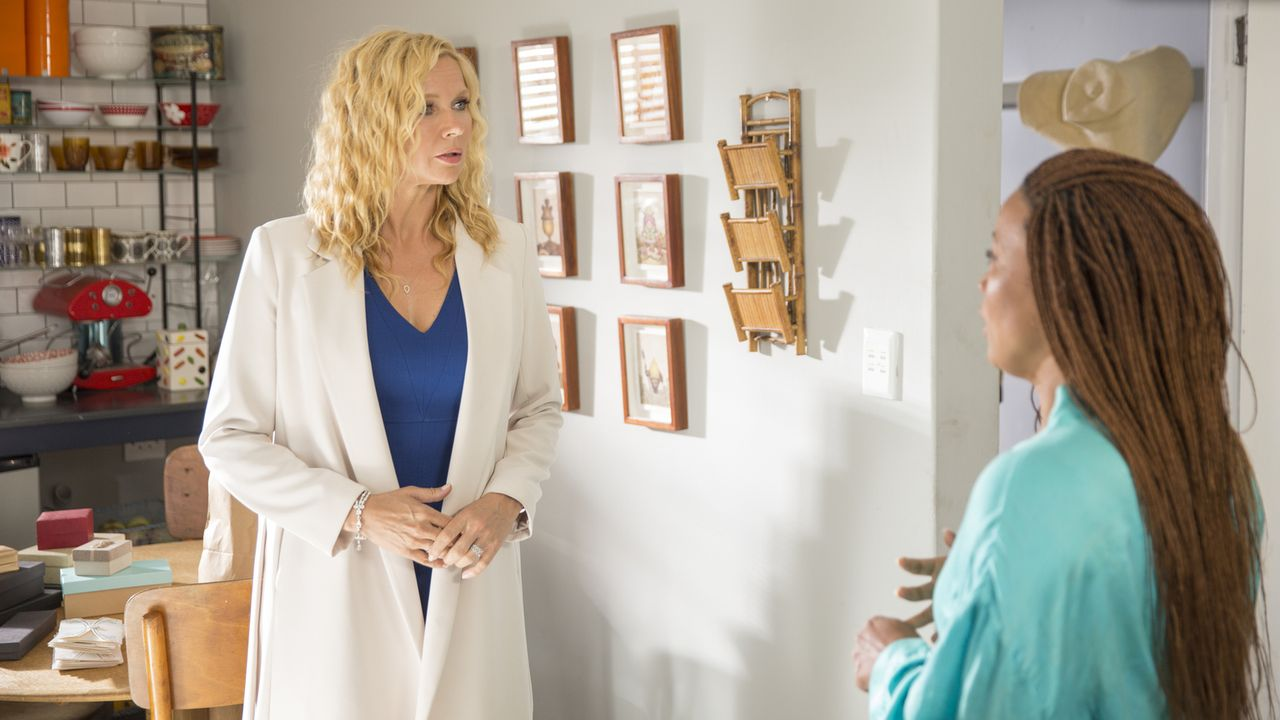 Während ihre Freundin Claire (Renate Stuurman, r.) inzwischen den Mann ihrer Träume gefunden hat, muss Annabel (Veronica Ferres, l.) ein neues, reic... - Bildquelle: Charlie Sperring SAT.1