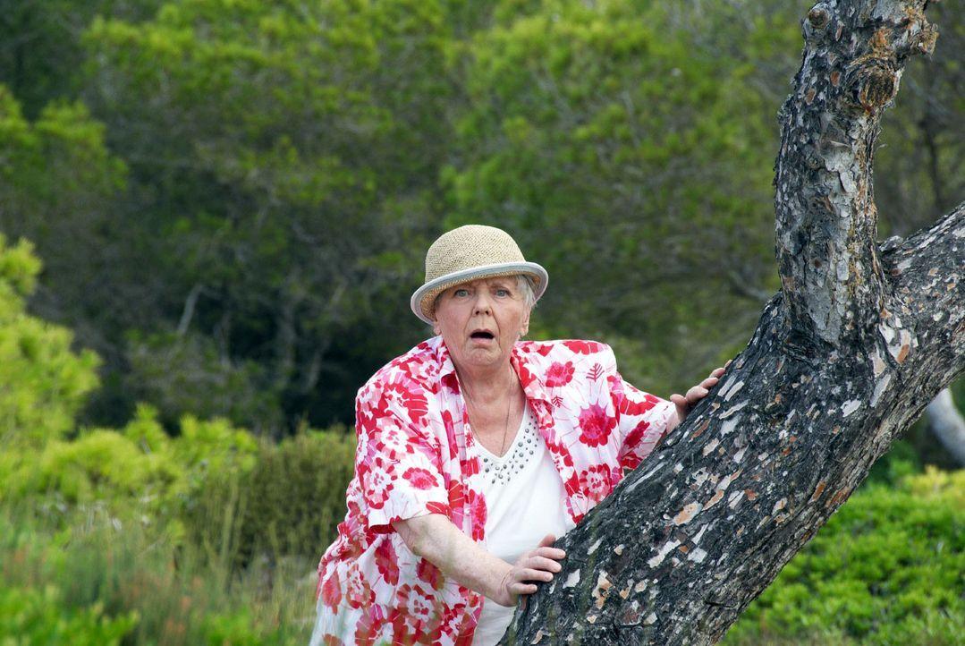 Resi (Ruth Drexel) versteckt sich voller Angst hinter einem Baum, als sie sieht, was mit Hasi geschieht ... - Bildquelle: sat.1