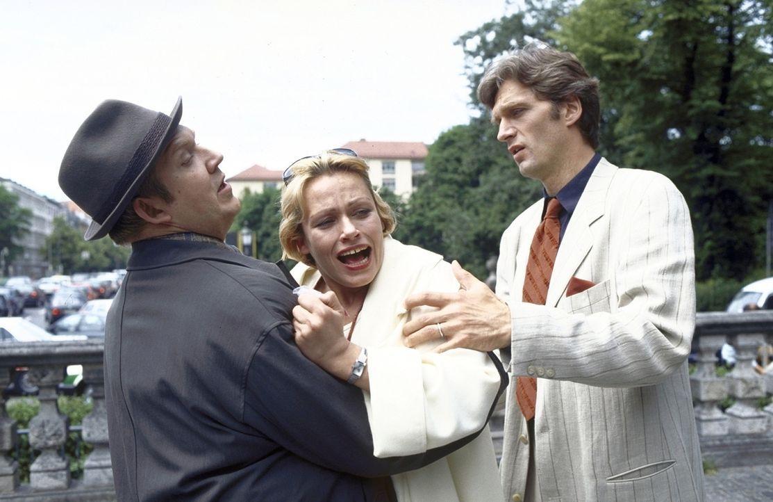 Kommissar Urban (Dietmar Bär, l.) und ihr Ehemann Thomas (Walter Sittler, r.) versuchen, die verzweifelte Katja (Jennifer Nitsch, M.) vom Tatort zu... - Bildquelle: Frank Lemm ProSieben
