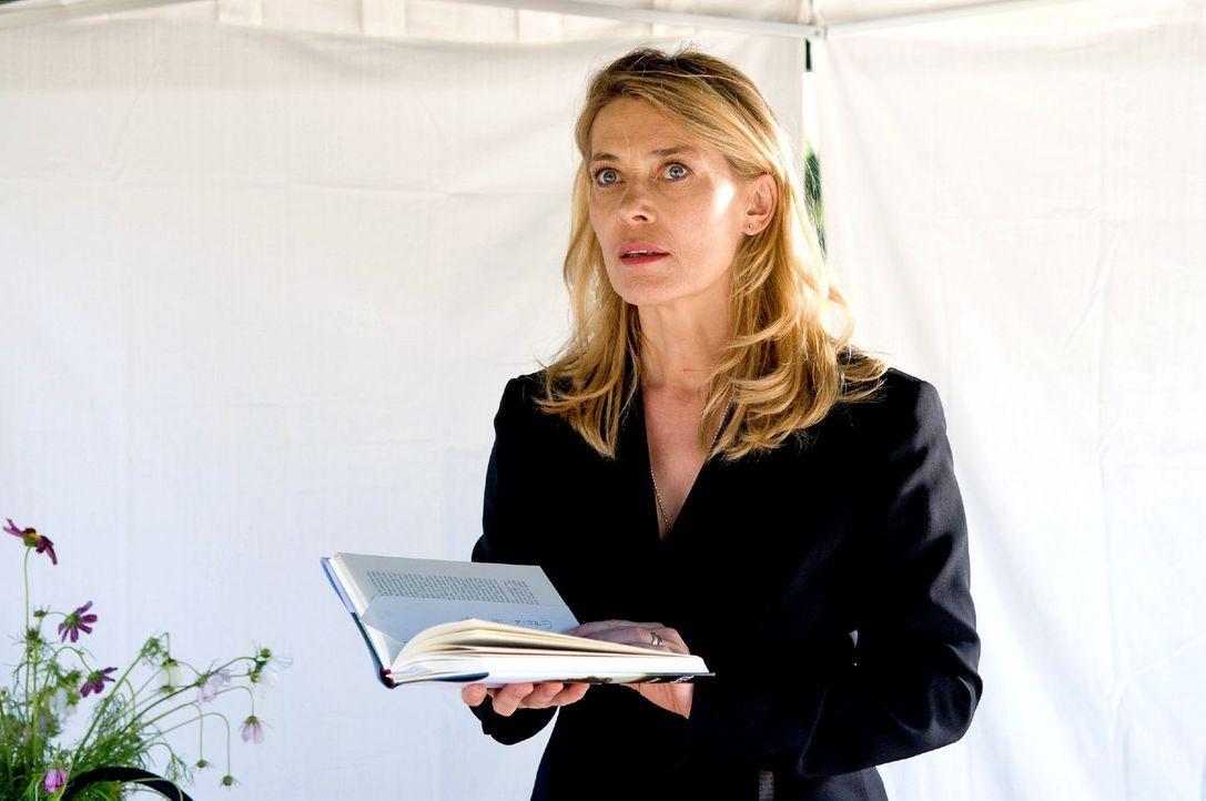 Christiane (Barbara Rudnik) ist entsetzt, als sie bei einer Lesung eine Nachricht mit einer Morddrohung gegen Greta in ihrem Buch vorfindet. - Bildquelle: Willi Weber Sat.1