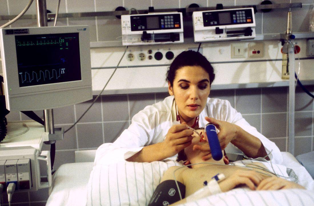 Dr. Herzog (Anne von Linstow, hinten) bereitet den kleinen Till (Max Riedel, vorne) für die OP vor. Kann Dr. Kampmann das Bein des Jungen retten? - Bildquelle: Andreas Stetter Sat.1