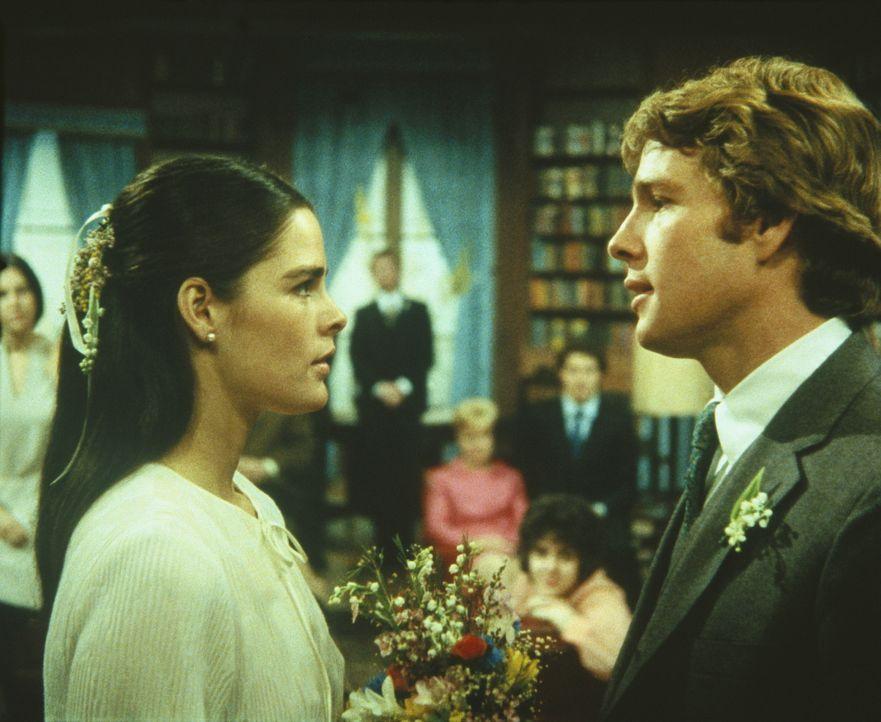 Gegen den Willen seines Vaters heiratet Oliver Barrett IV (Ryan O'Neal, r.) seine große Liebe Jennifer Cavalieri (Ali MacGraw, l.) ... - Bildquelle: Paramount Pictures