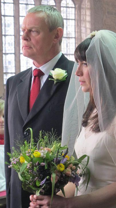 Der große Tag ist da: Doc Martin (Martin Clunes, l.) und Louisa (Caroline Catz, r.) heiraten ... - Bildquelle: BUFFALO PICTURES/ITV