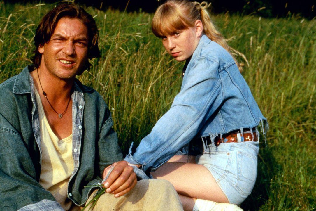 Die vierzehnjährige Tonie Böhm (Nadine Neumann, r.) hat in ihrem Onkel Edmund (Rainer Grenkowitz, l.) endlich jemanden gefunden, dem sie sich anvert... - Bildquelle: Erika Hauri Sat.1/Hauri