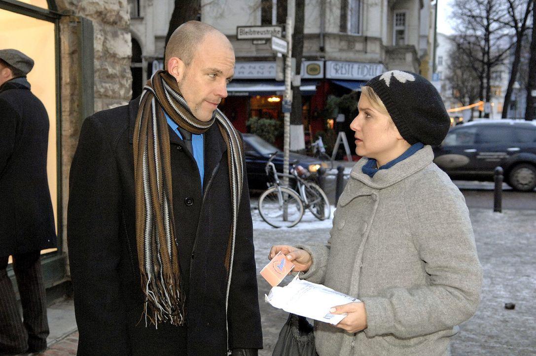 Gerrit (Lars Löllmann, l.) versorgt Anna (Jeanette Biedermann, r.) mit Pillen. - Bildquelle: Claudius Pflug Sat.1