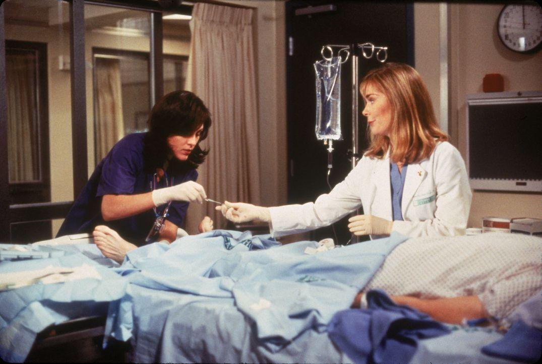 Dr. Amy Peletier (Annabeth Gish, l.); Krankenschwester Camille Shutt (Roxanne Hart, r.) - Bildquelle: 1996 Twentieth Century Fox Film Corporation.  All rights reserved.