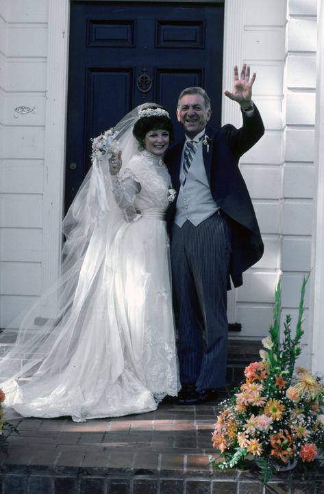 Quincy (Jack Klugman, r.) und Emily (Anita Gillette, l.) geben sich endlich das Ja-Wort. - Bildquelle: Universal Pictures